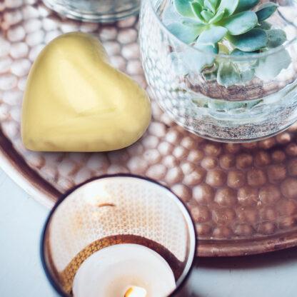 mini urn gouden hart in woonkamer